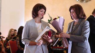 Председатель Совета Республики Наталья Кочанова награждает главную медицинскую сестру городского клинического психиатрического диспансера Светлану Мороз