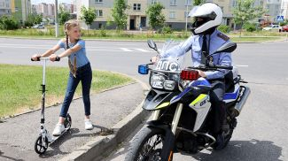 Инспектор ДПС Артем Шибеко проводит профилактическую беседу с детьми
