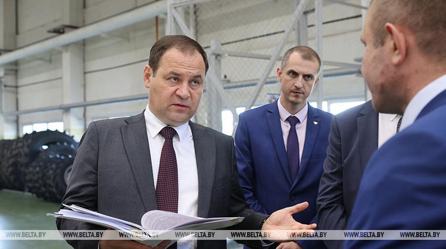 Роман Головченко во время посещения Оршанского инструментального завода