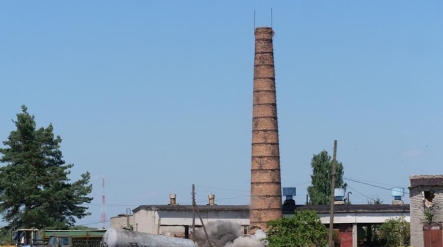 В Свислочи военнослужащие снесли 35-метровую дымовую трубу взрывным способом