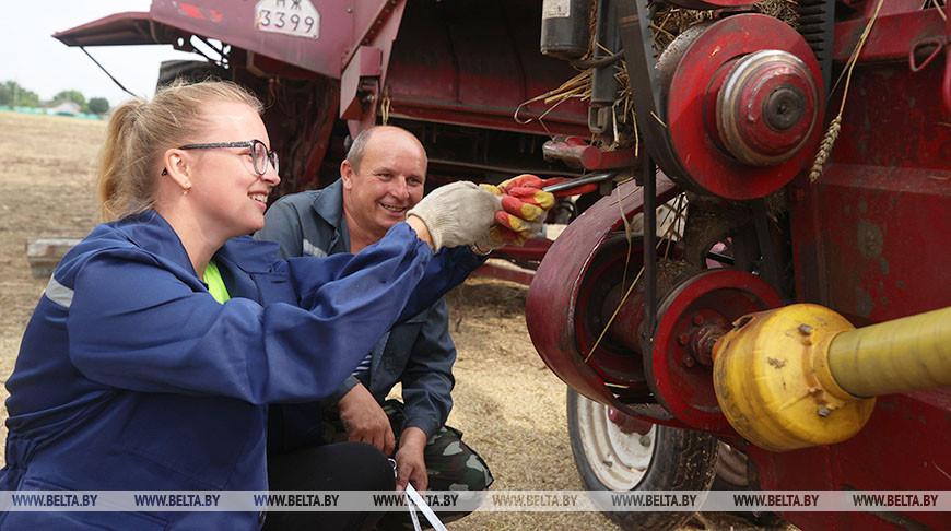 ФОТОФАКТ: Редактор Свислочской газеты Елена Худик помогает отцу на уборке урожая