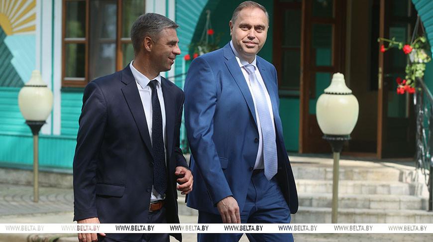 Председатель Гродненского облисполкома Владимир Караник (справа)