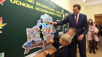 Максим Рыженков во время посещения СШ №225 Минска
