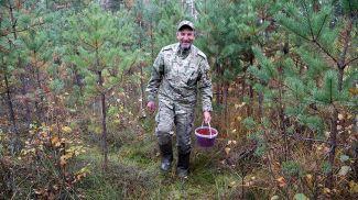 Олег Зайцев во время сбора клюквы