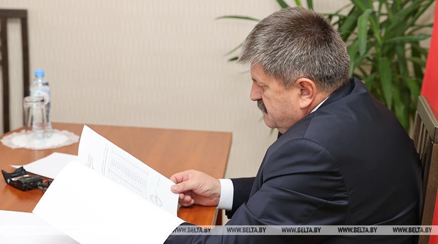 Геннадий Соловей во время приема граждан
