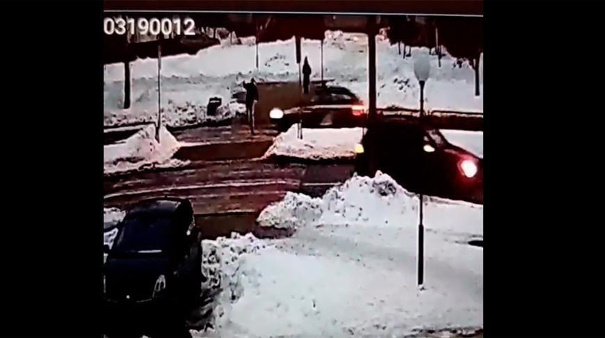 Момент совершения наезда. Скриншот из видео ГАИ УВД Гродненского облисполкома
