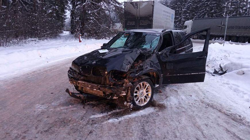 На трассе легковушка сбила мужчину, который помогал водителю другой машины