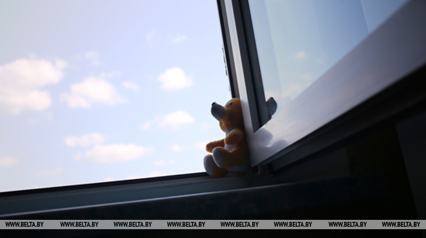 В агрогородке Бабиничи Оршанского района четырехлетняя девочка выпала из окна второго этажа