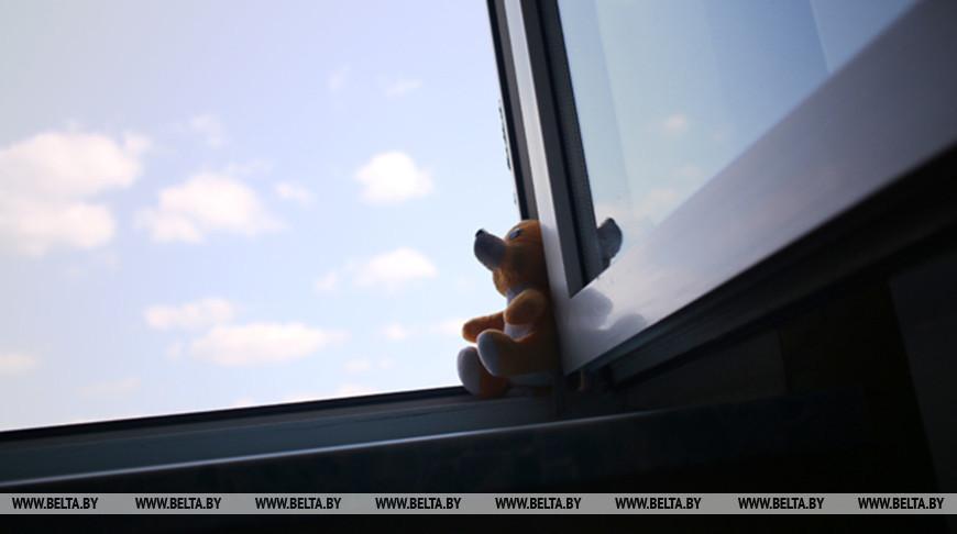 В Минске из окна второго этажа выпала пятилетняя девочка