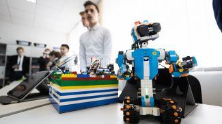 Во время открытого урока учащиеся демонстрируют достижения в робототехнике.