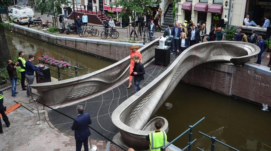 Во время открытия моста. Фото Instagram-канала mx3d.metal.printing