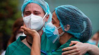 Медики больницы Северо Очоа в пригороде Мадрида скорбят о погибшем от коронавируса коллеге. Фото Reuters