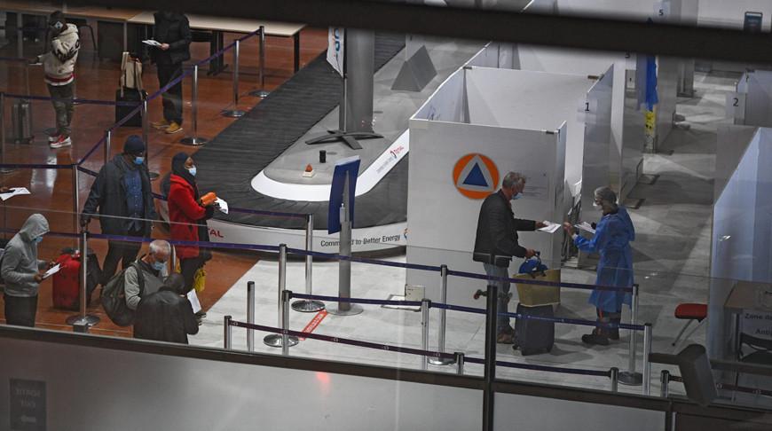 Путешественники предоставляют документы в центре тестирования на Covid-19 в зоне прилета в аэропорту в Париже. Фото Getty Images