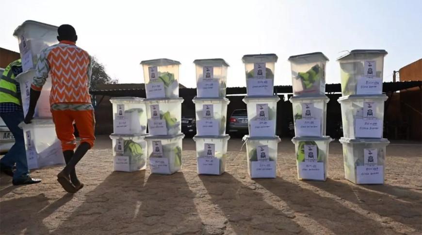 Подготовка урн для голосования в Нигере. Фото  rfi.fr