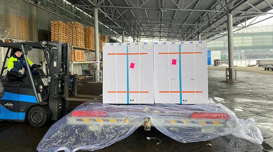 Поддоны с вакциной против COVID-19, доставленные в Украину в аэропорту Борисполь. Фото  EPA - EFE