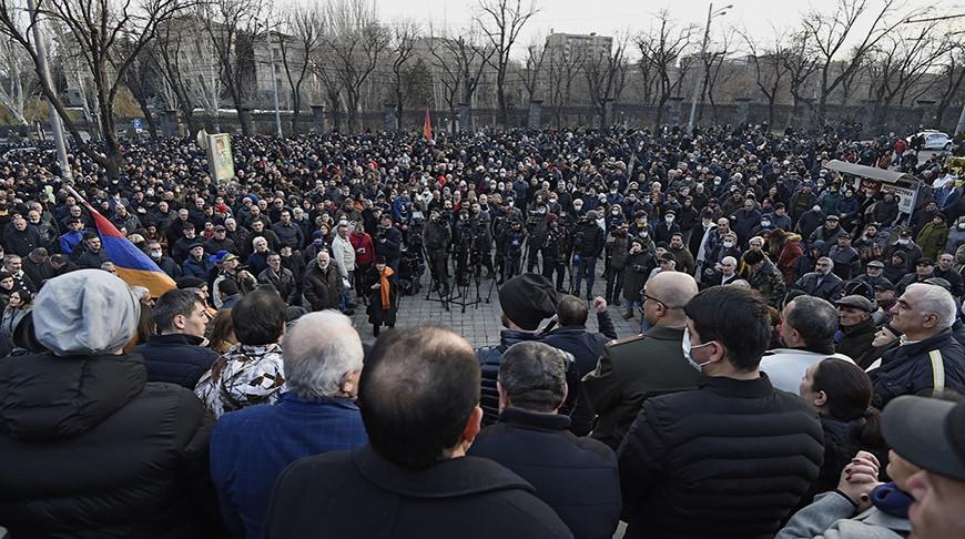 Оппозиционные активисты у здания Национального собрания Армении в Еревaне. Фото  РИА Новости
