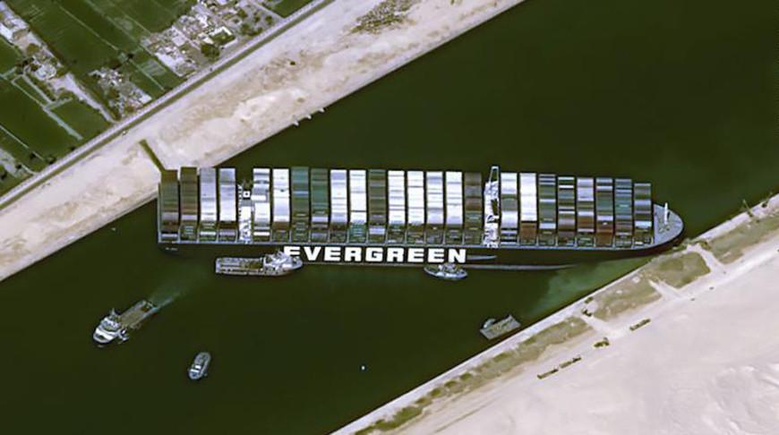Операция по снятию с мели застрявшего в Суэцком канале контейнеровоза потребует удаления порядка 20 тыс. куб.м песка.