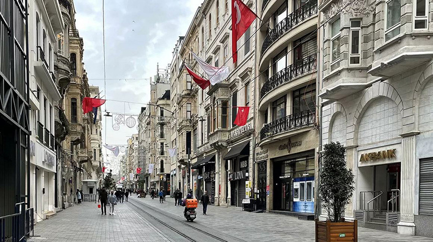 Люди на одной из улиц Стамбула. Фото  РИА Новости