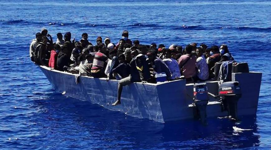 Одна из лодок с мигрантами прибыла на Лампедузу. Фото ANSA