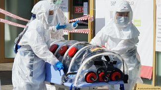 Транспортировка больного COVID-19, Республика Корея. Фото Picture alliance