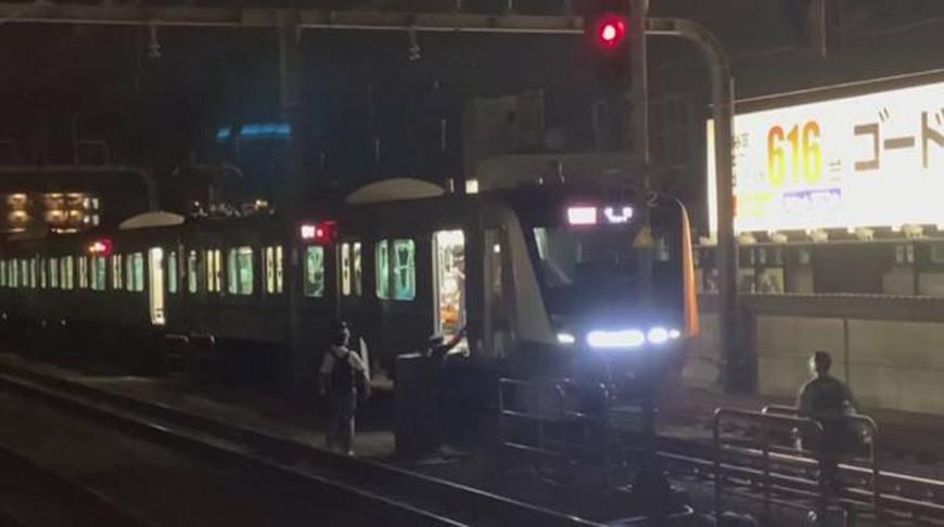 В Токио мужчина с ножом напал на пассажиров поезда