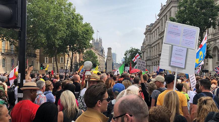 Противники 'паспортов вакцинации' пытаются штурмовать телецентр BBC в Лондоне