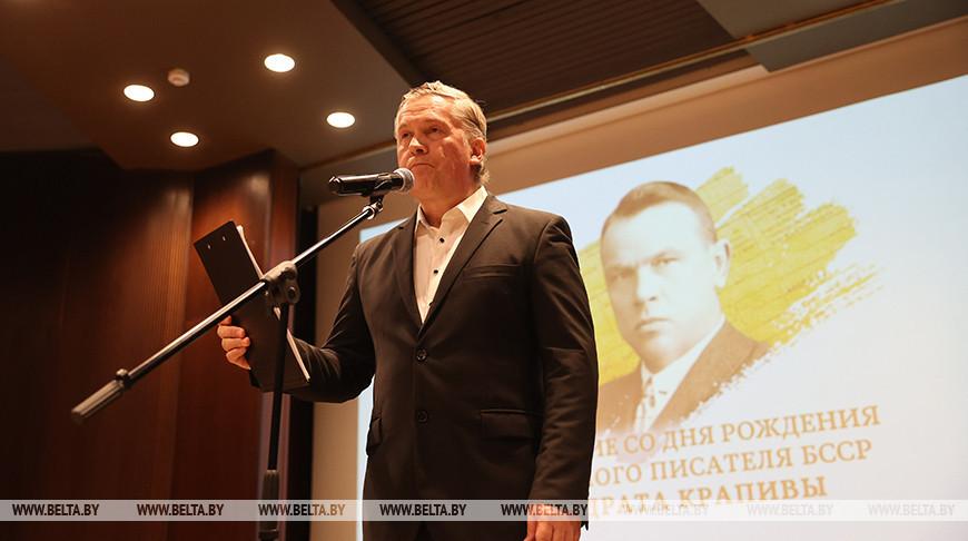 Выступает актер и режиссер Национальной государственной телерадиокомпании Республики Беларусь Олег Винярский