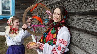 Участницы обряда Аня Романович и Валерия Иваница
