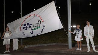 На церемонии поднятия флага