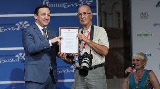 Министр информации Владимир Перцов награждает фотокорреспондента БЕЛТА Александра Хитрова