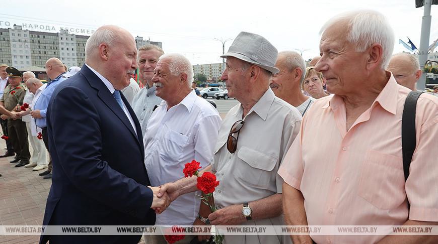 Дмитрий Мезенцев во время церемонии на площади Победы