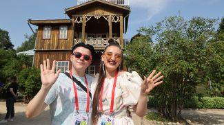 Даниил Мышковец (Беларусь) и Габриела (Литва) во время жеребьевки