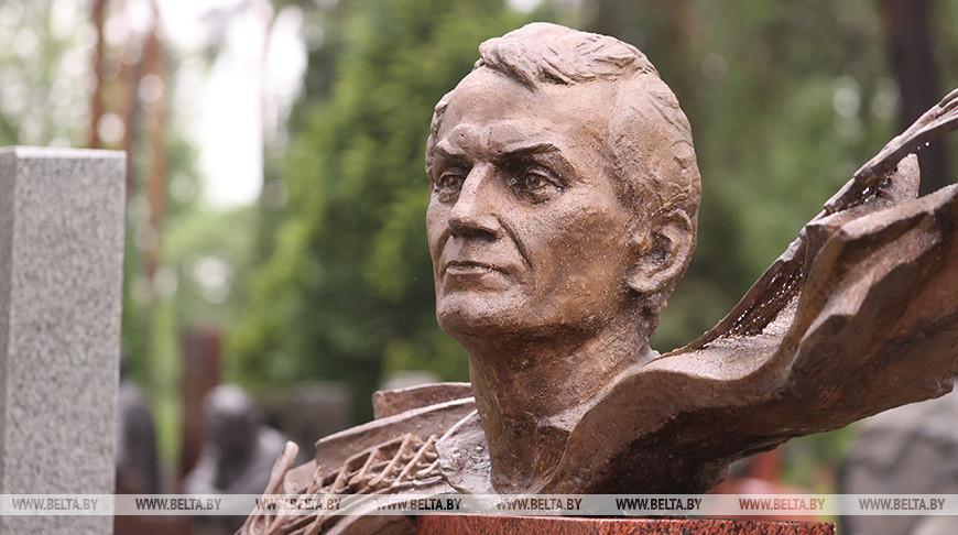 Памятник народному артисту Беларуси Игорю Лученку