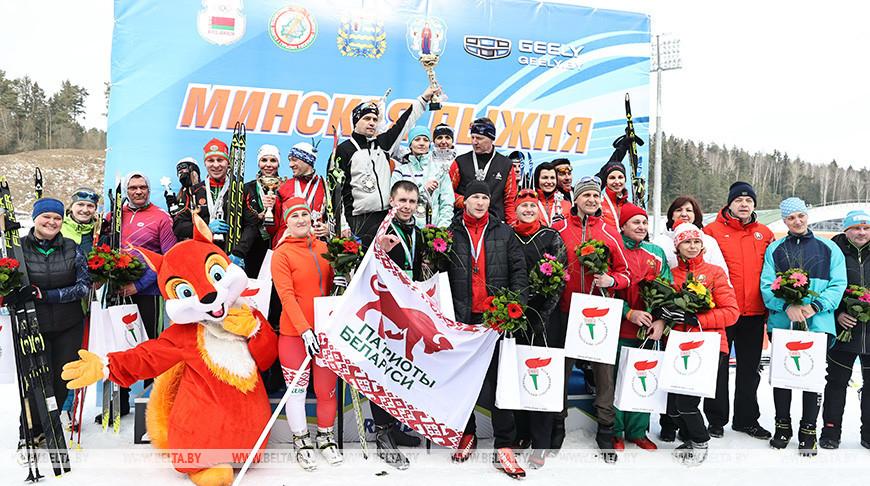 Призеры эстафетной гонки 4х2 км среди любительских команд. Первое место у команды профсоюзов Беларуси