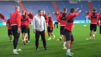 Во время подготовки к матчу. Скриншот из видео АБФФ