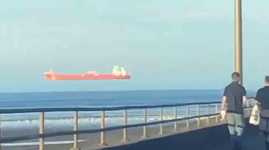 Рядом с берегом в Шотландии появился «летающий корабль» (Фото)