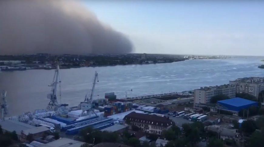 Астрахань накрыла песчаная буря: жители публикуют впечатляющие кадры в сети