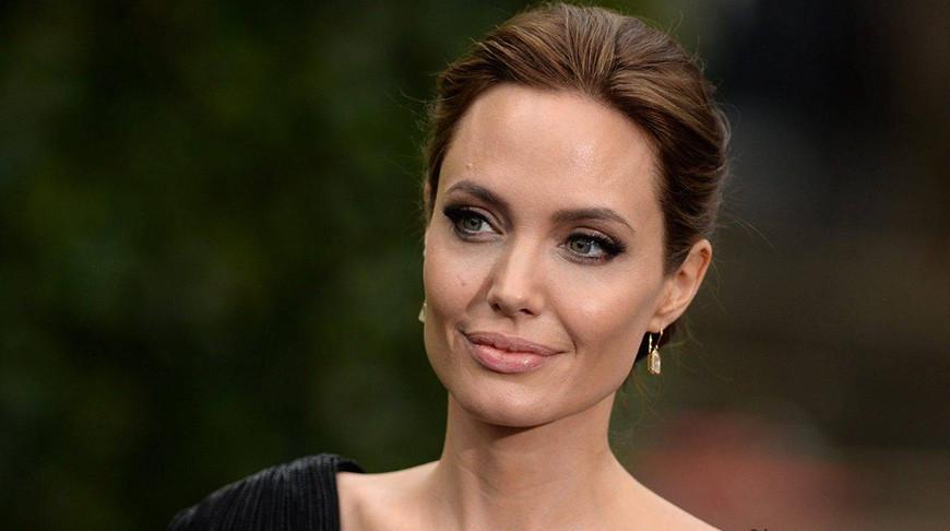 Анджелина Джоли пошла на рискованный шаг, чтобы поддержать женщин-пчеловодов