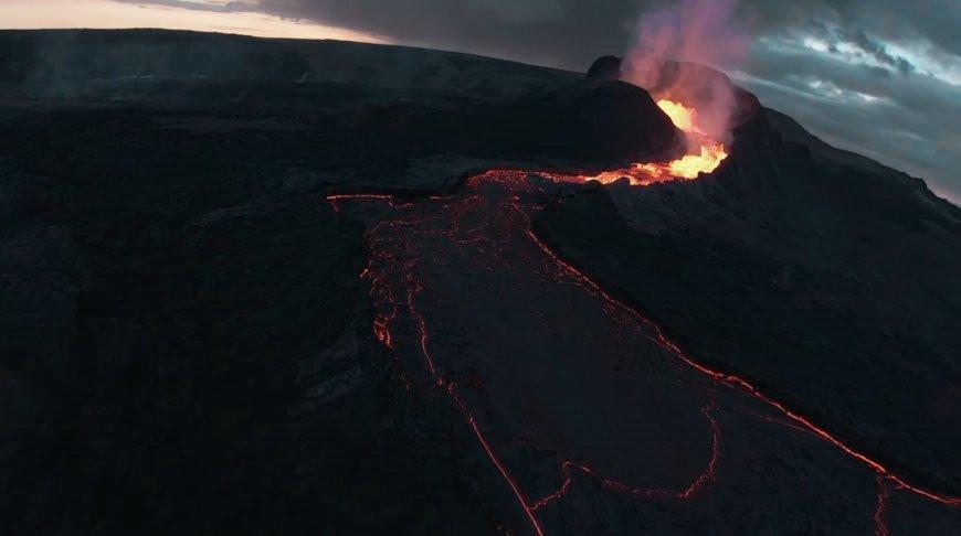 Блогер сжег дрон в жерле вулкана ради эффектного видео