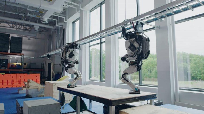 Паркур! Роботы Boston Dynamics показали эффектное акробатическое представление (Видео)
