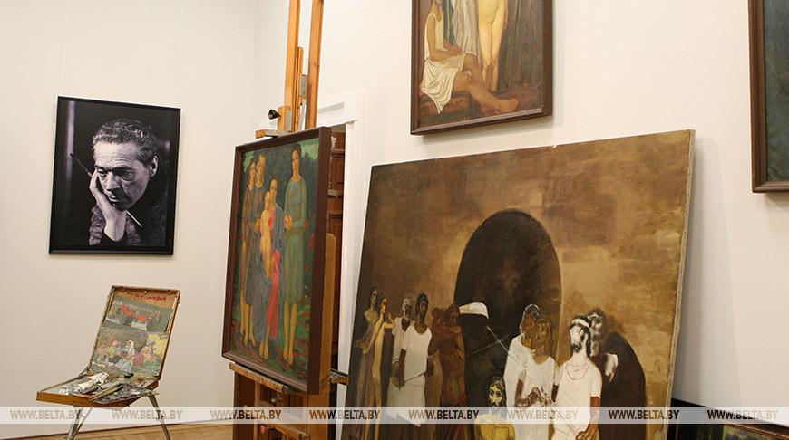 В галерее Михаила Савицкого. Фото из архива
