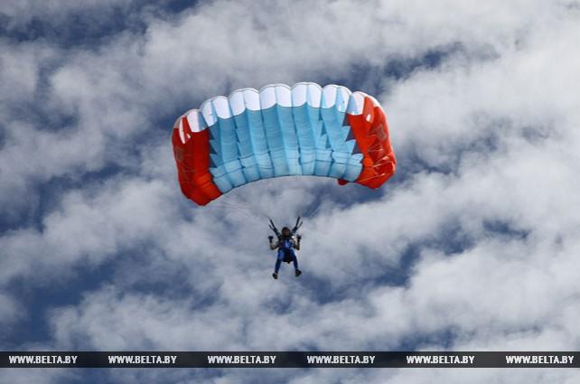 Чемпионат Беларуси по классическому парашютизму к 90-летию ДОСААФ проходит в Витебском районе