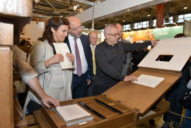 Белорусская делегация на Московской книжной ярмарке представила копию печатного станка XVI века
