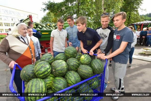 Шесть тонн арбузов с президентского поля привезли ученики Острошицко-Городокской школы для жителей дома-интерната