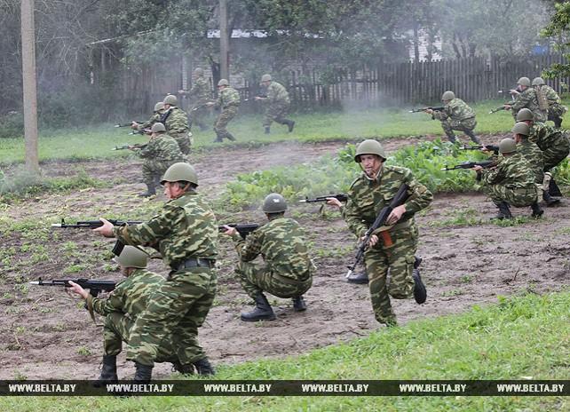 """Практические маневры по территориальной обороне в ходе учения """"Запад-2017"""" отработали в Глубокском районе"""