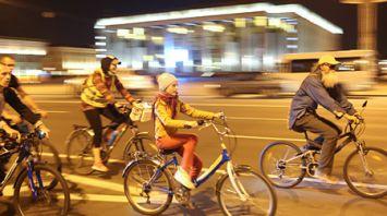 В Минске велосипедисты проехали по пр. Независимости в День без автомобиля