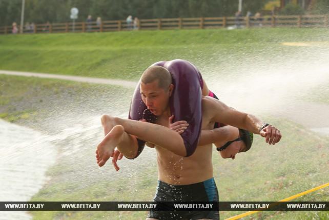 Семейная пара из Мозыря выиграла чемпионат по переносу жен