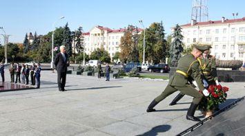Дункан возложил цветы к монументу Победы в Минске