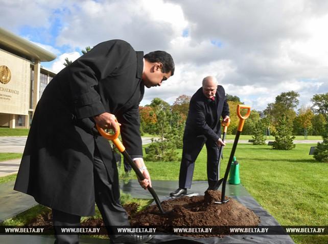 Мадуро посадил дерево на Аллее почетных гостей у Дворца Независимости