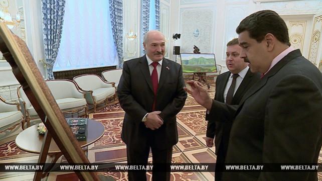 Лукашенко подарил Мадуро гобелен с изображением Мирского замка, а его жене - изделия изо льна